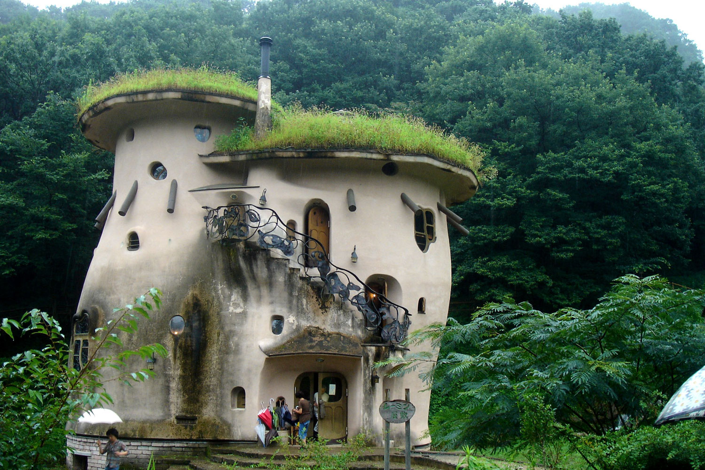 Foto della casa a forma di fungo creata in Giappone