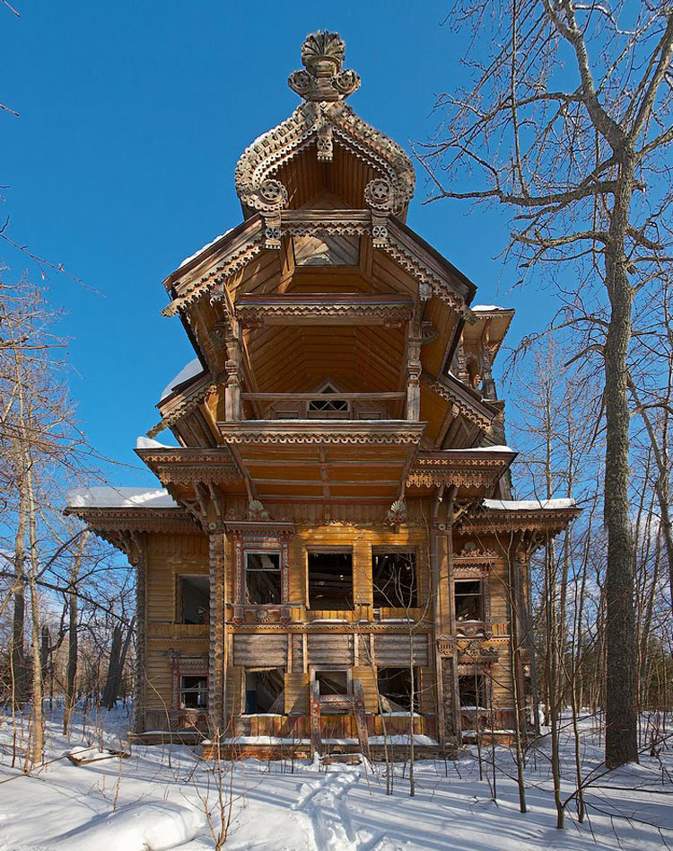 Foto della casa di legno abbandonata sita in Russia