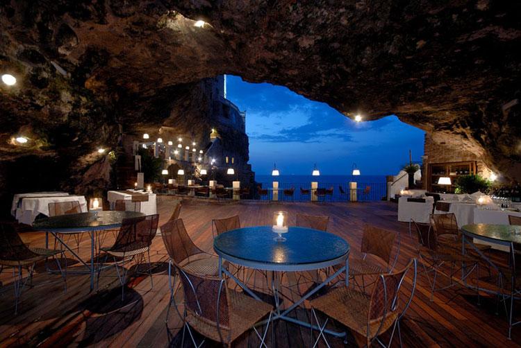 Foto della terrazza dell'hotel Grotta Palazzese a Polignano a Mare