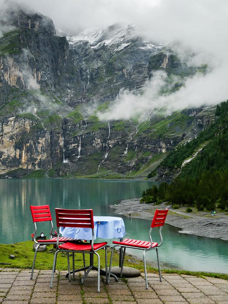 Foto della vista dell'hotel Oschinensee in Svizzera