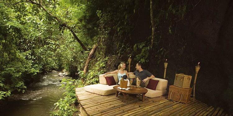 Divanetti esterni dell'hotel Ubud Hanging Gardens in Indonesia