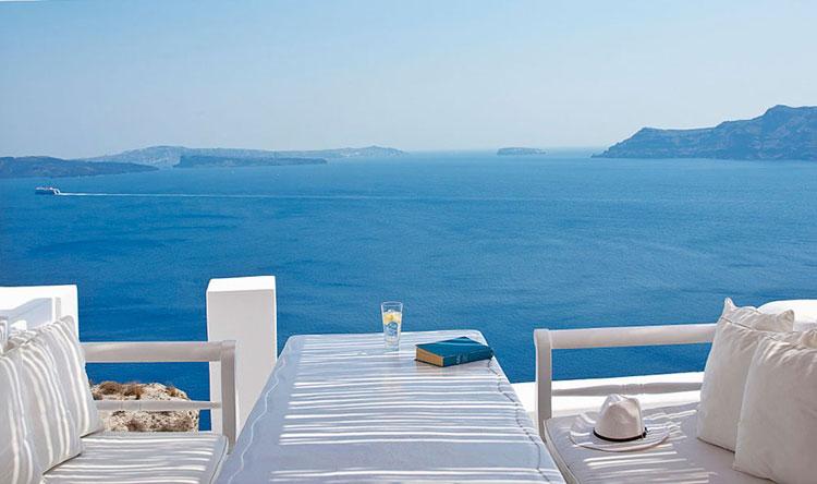 Terrazza esterna del Katikies Hotel Oia in Grecia