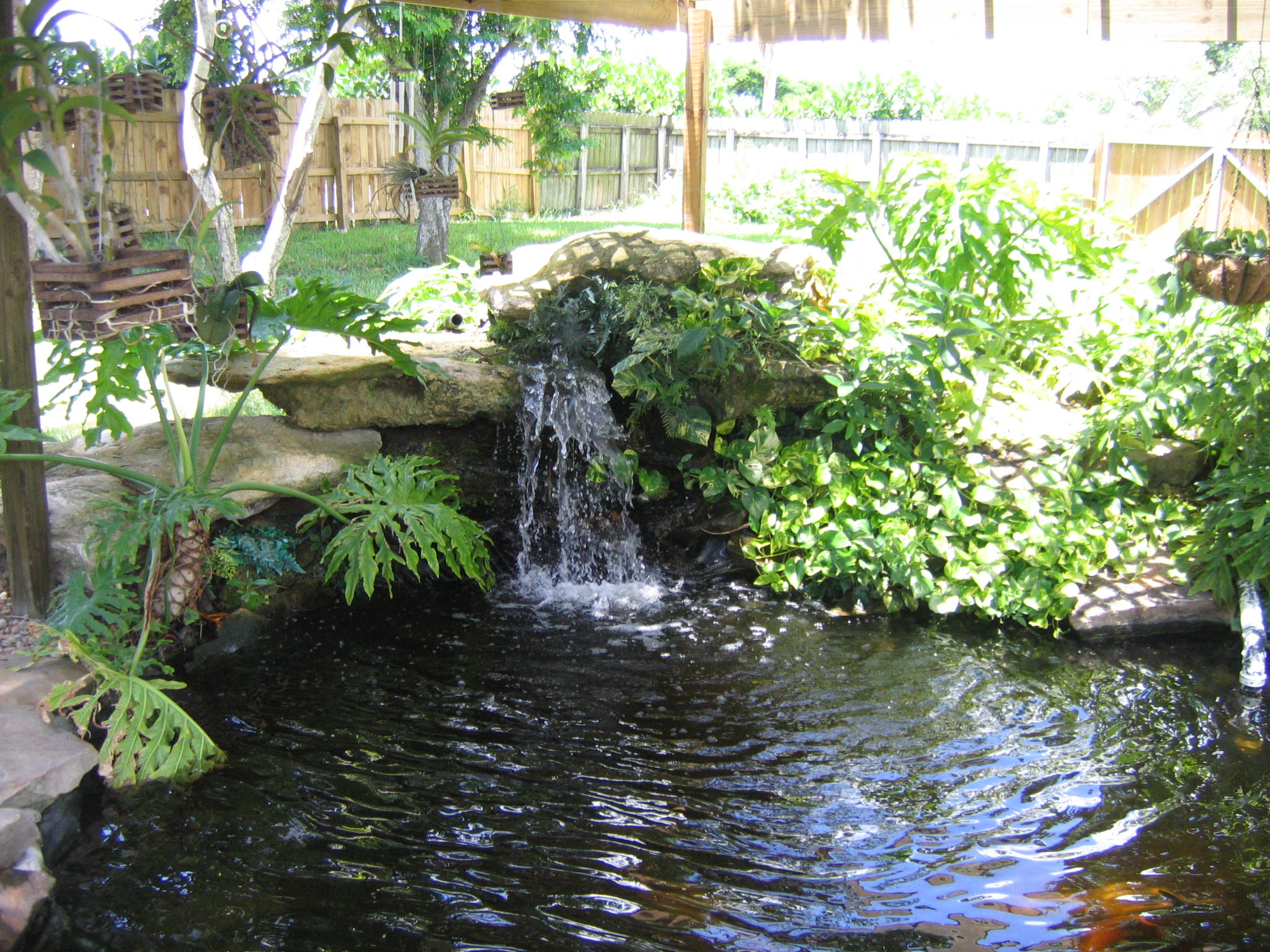 40 foto di bellissimi laghetti da giardino for Garden design with pond and waterfall