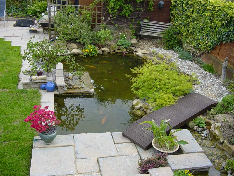 40 foto di bellissimi laghetti da giardino for Small garden with pond design