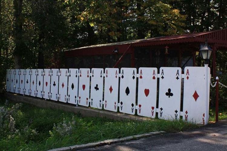 Foto della recinzione ispirata alle carte da gioco