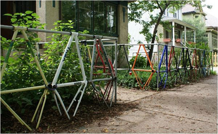 Foto della recinzione realizzata con parti di biciclette