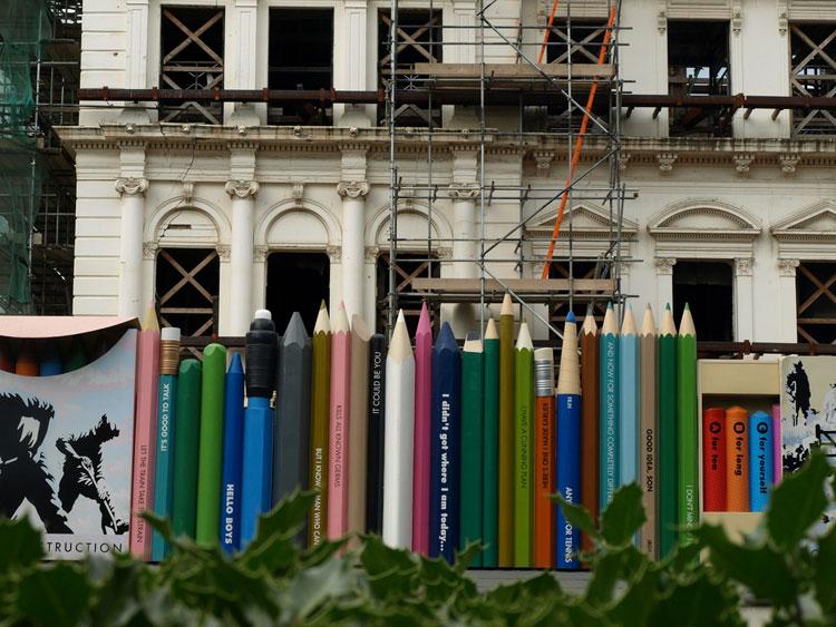 Foto della recinzione ispirata a matite colorate