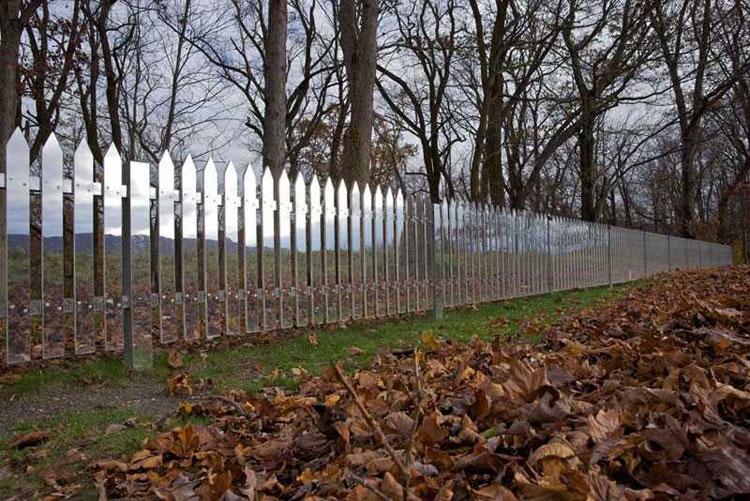 Foto della recinzione a specchio