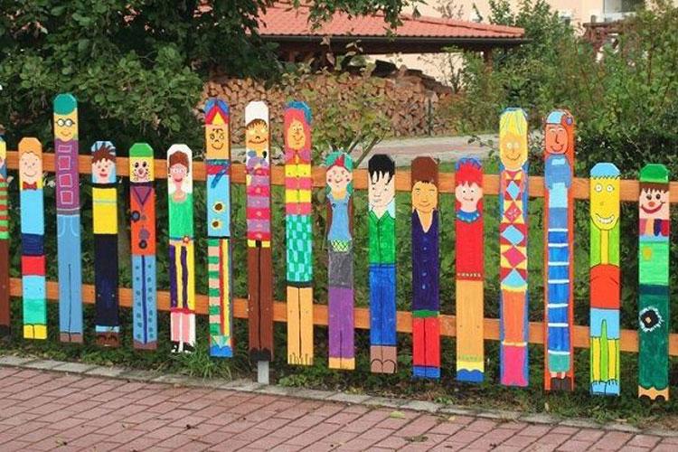 Foto della recinzione decorata con disegni colorati
