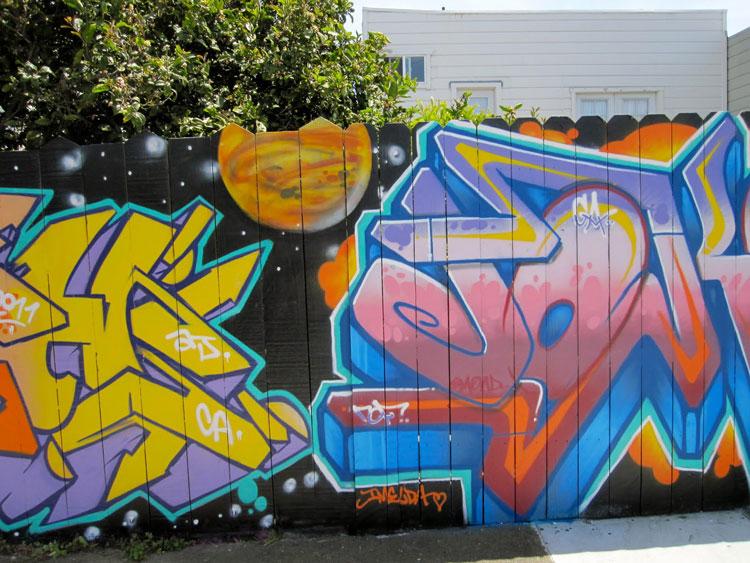 Foto della recinzione decorata con graffiti