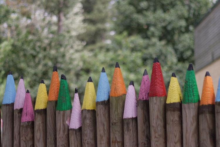 Foto della recinzione con punte di matite colorate