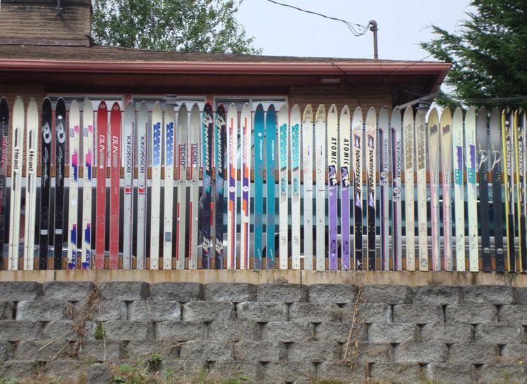 Foto della recinzione realizzata con gli sci