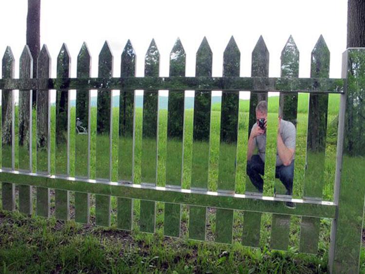 Foto della recinzione di design specchiata