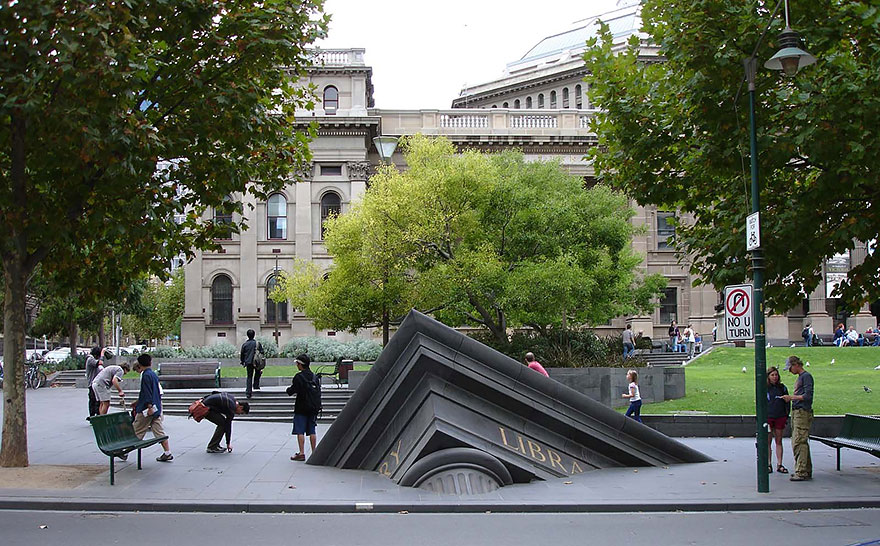 Immagine dell'opera Sinking Building Outside State Library