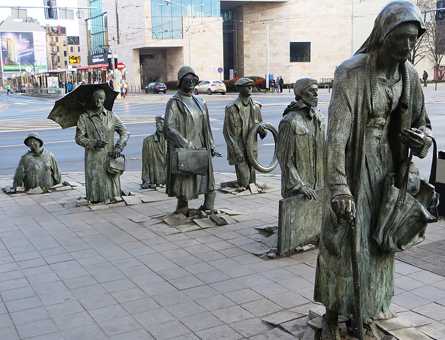 Immagine della scultura Monumento ai Pedoni Anonimi di Jerzy Kalina