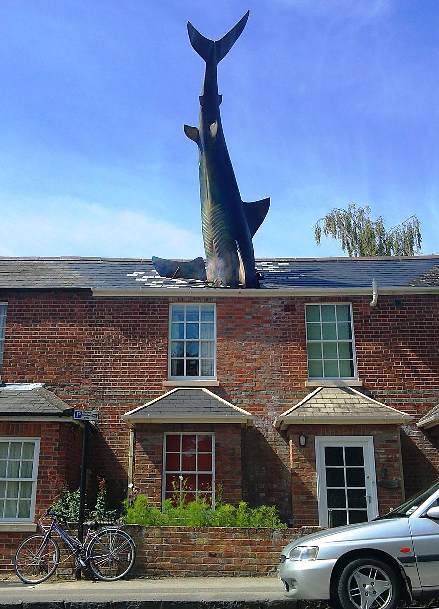 Immagine della scultura Headington Shark di John Buckley