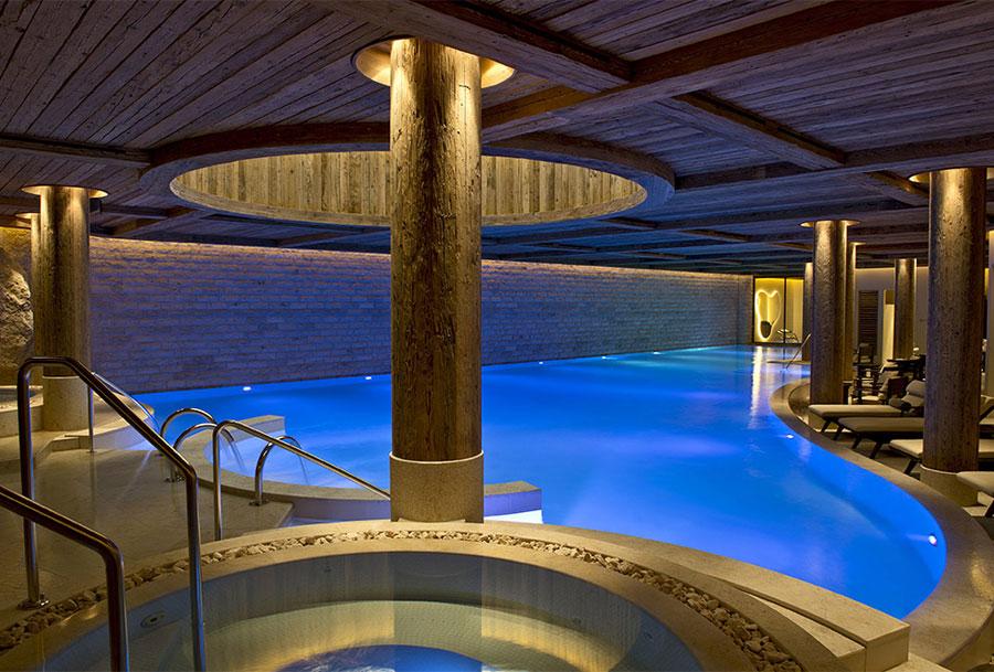 Foto della piscina coperta dell'hotel Alpina Gstaad in Svizzera