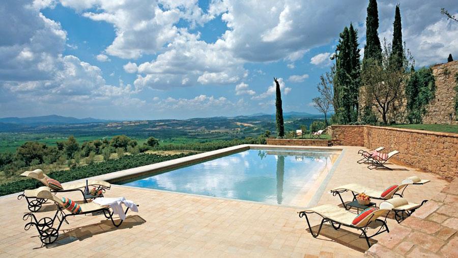 Particolare della piscina dell'hotel di lusso Castello Banfi - Il Borgo
