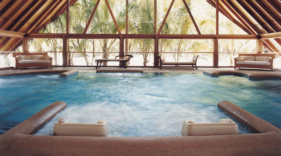 Piscina con idromassaggio del Cocoa Island Resort alle Maldive