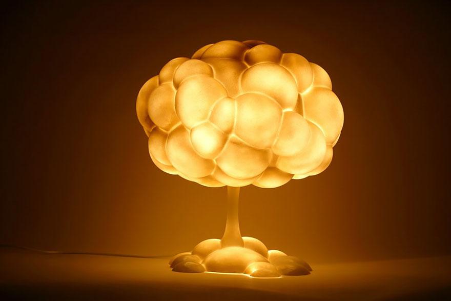 Foto della lampada a forma di fungo atomico