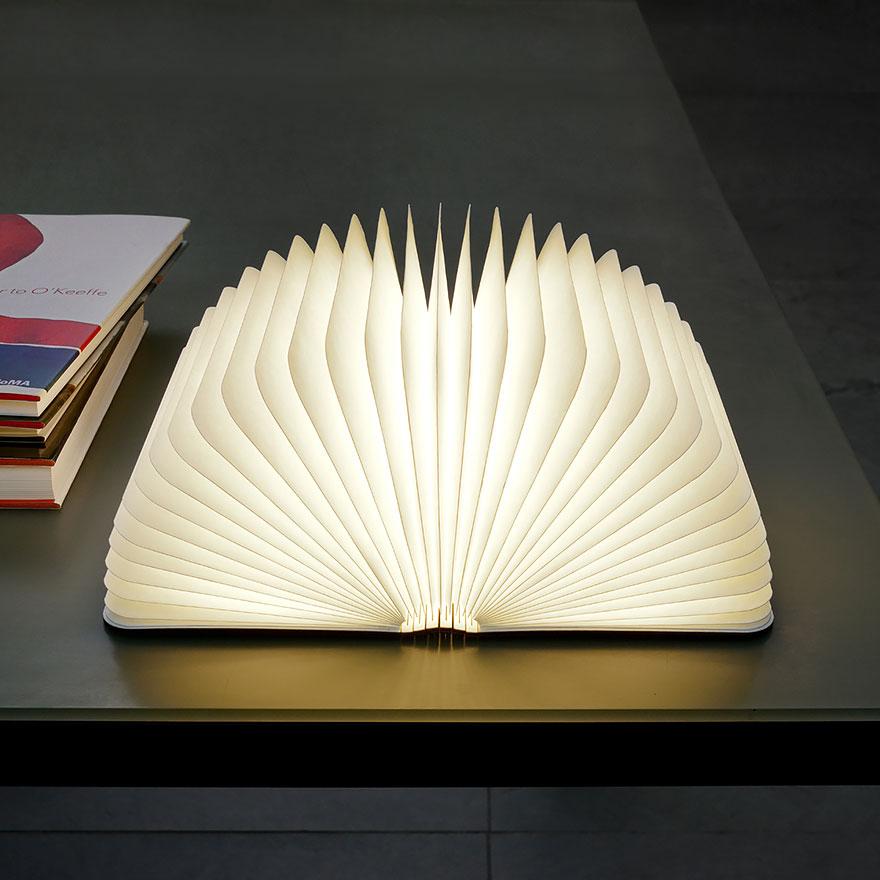 Lampada portatile a forma di libro aperta
