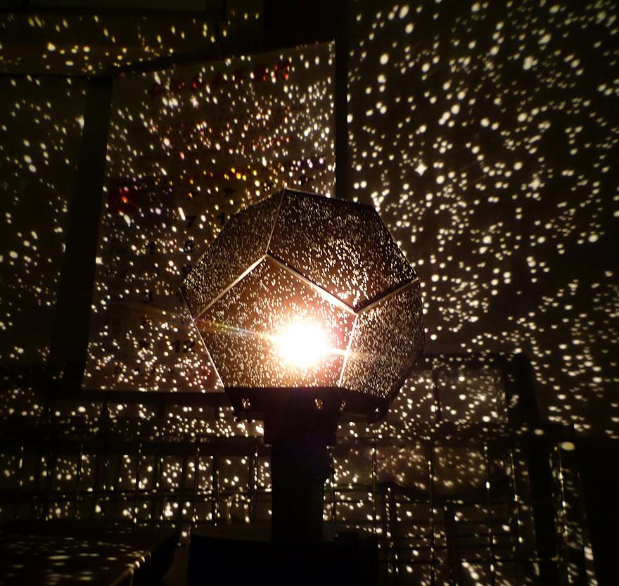 Foto della lampada con effetto muro stellato