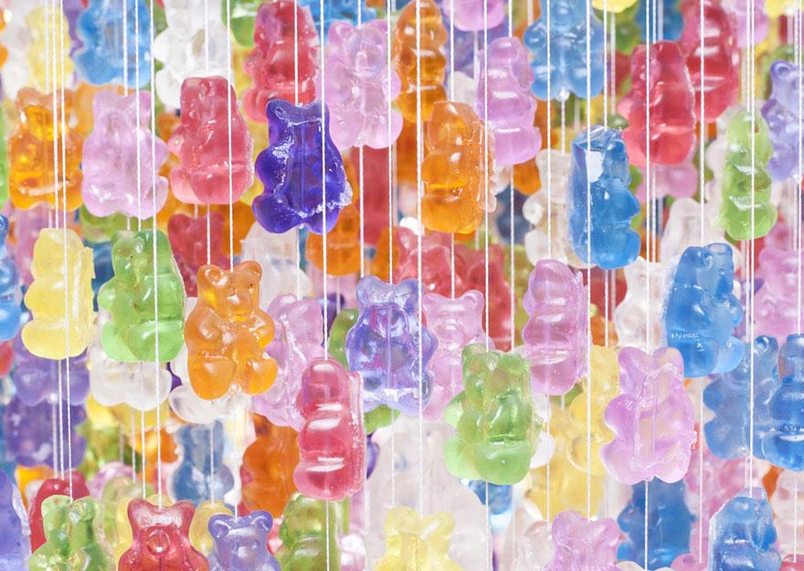 Particolare del lampadario creato con orsetti di gomma n.01