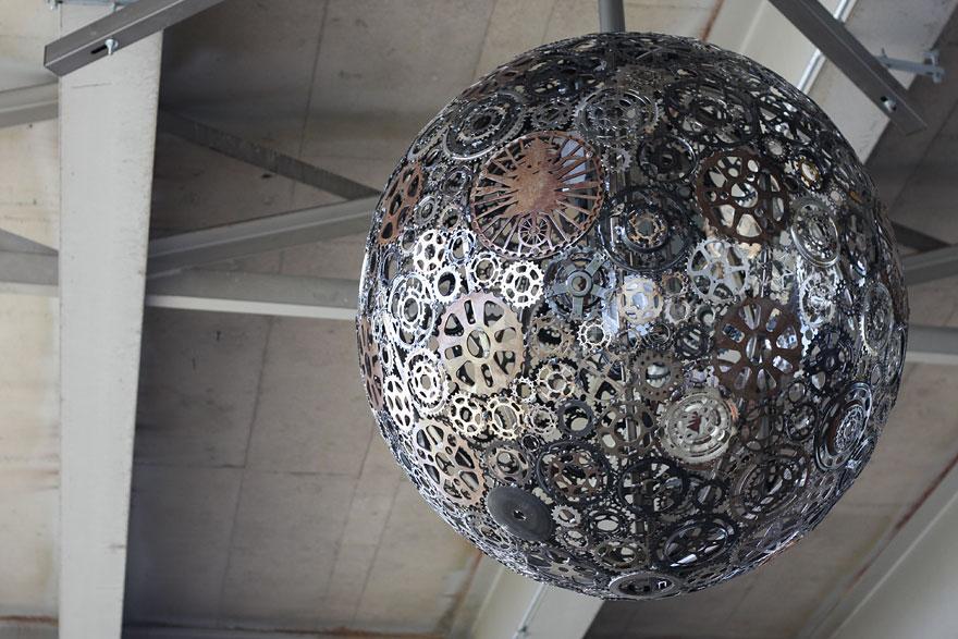 Foto del lampadario creato con ingranaggi di bicilcetta n.01