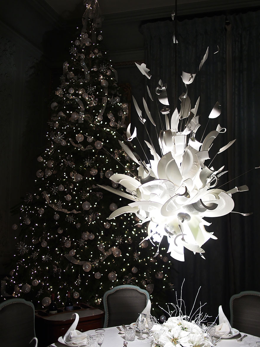 Foto del lampadario realizzato con piatti rotti n.01