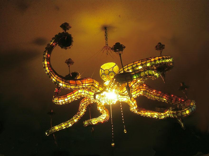 Foto del lampadario a forma di polipo acceso n.02