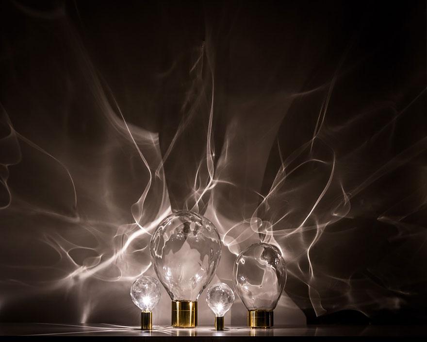 Foto delle lampadine ondulate con giochi di luce sulle pareti