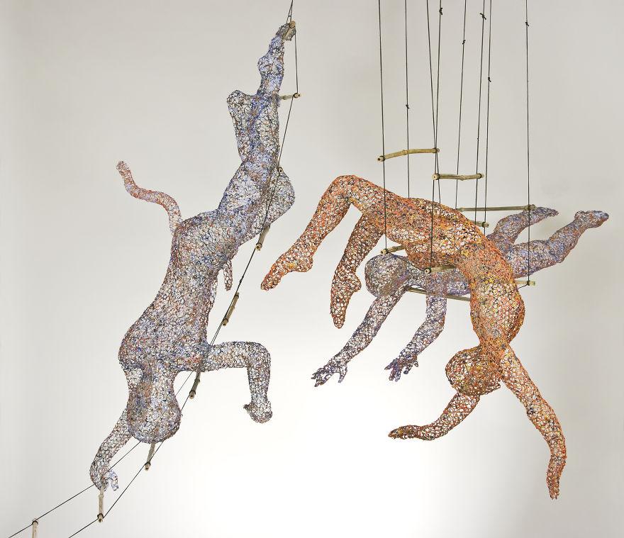 Scultura dedicata agli acrobati con filo di ferro
