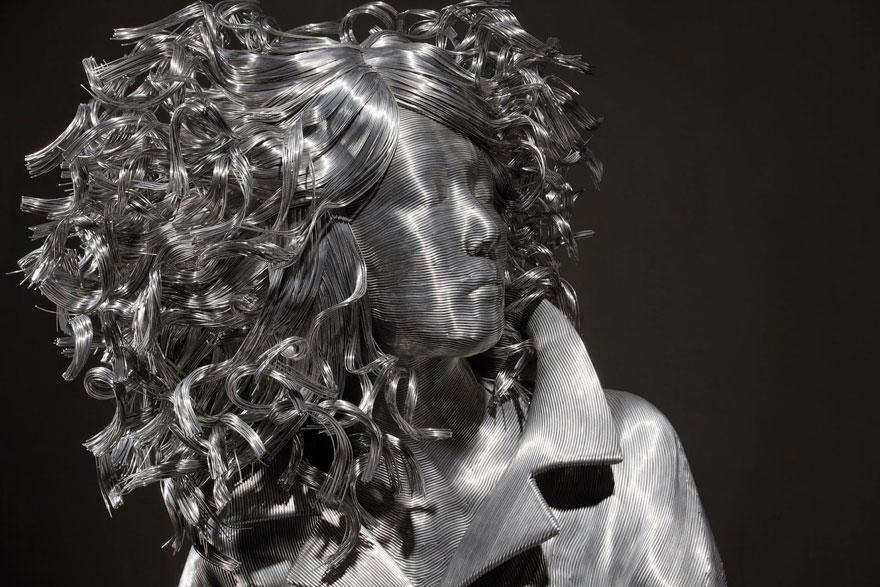 Scultura di donna con fili di ferro