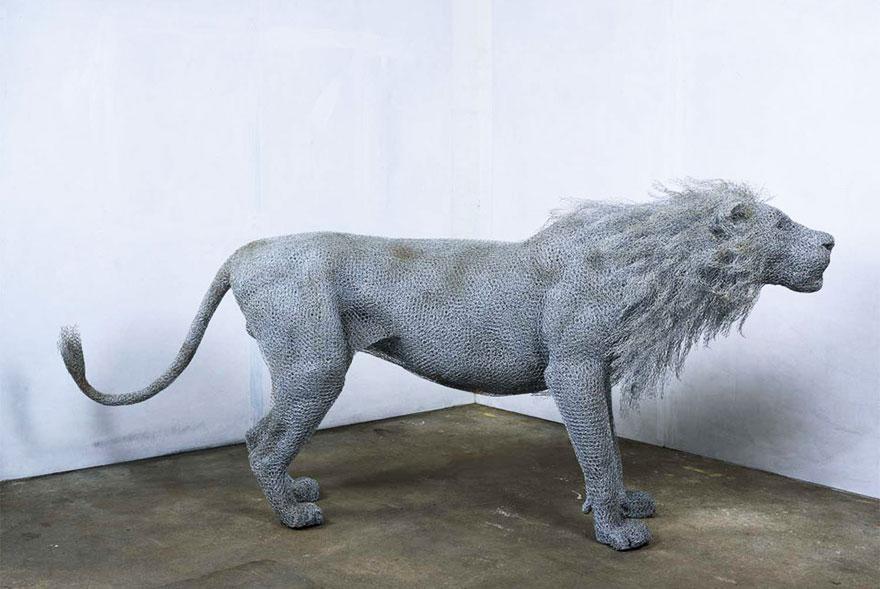 Scultura di leone in filo di ferro