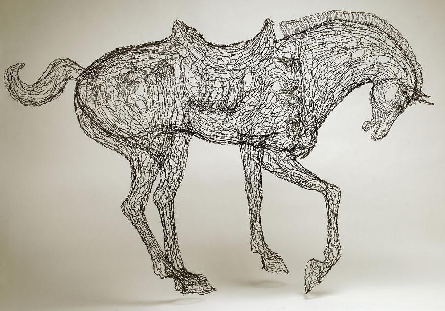 Scultura di cavallo realizzata in filo di ferro