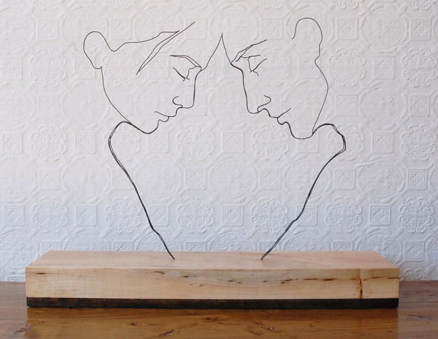 Scultura in filo di ferro dedicata agli amanti