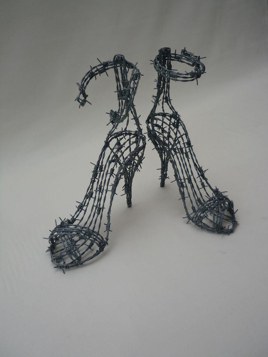 Scultura in filo spinato dedicata alle scarpe