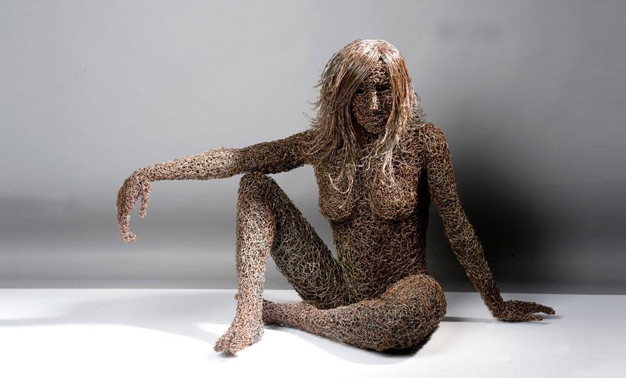Scultura di donna realizzata con filo di rame