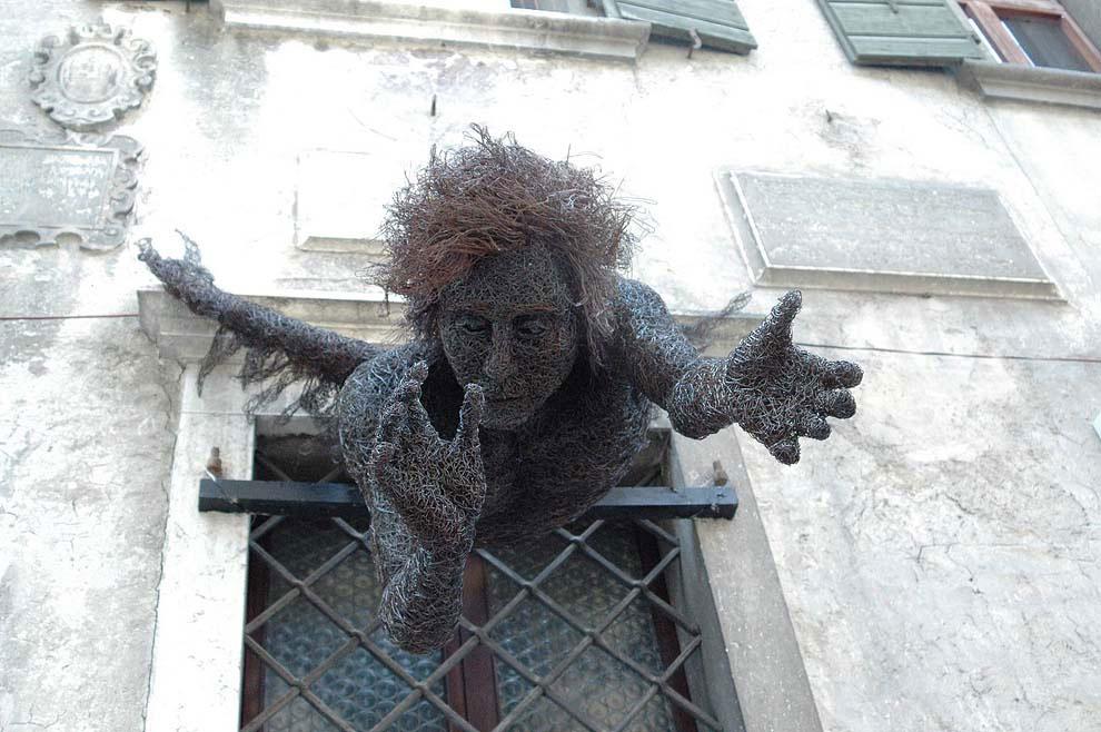 Fantastica scultura realizzata in filo di ferro