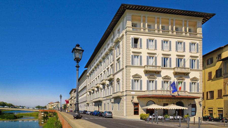 Esterno dell'hotel di lusso The St Regis Firenze