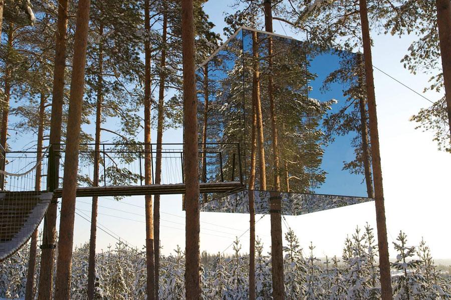 Camera con pareti a specchi al Treehotel in Svezia