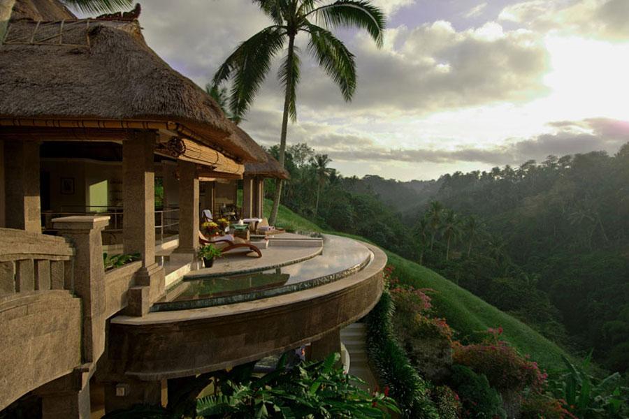 Terrazzo con piscina al Viceroy Hotel di Bali