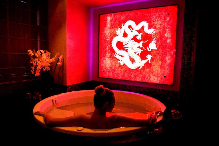 Dettaglio del bagno con Jacuzzi del Buddha Bar Hotel