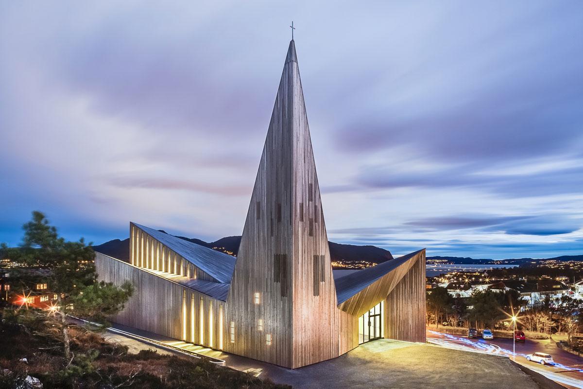 Foto della struttura moderna del Community Church Knarvik