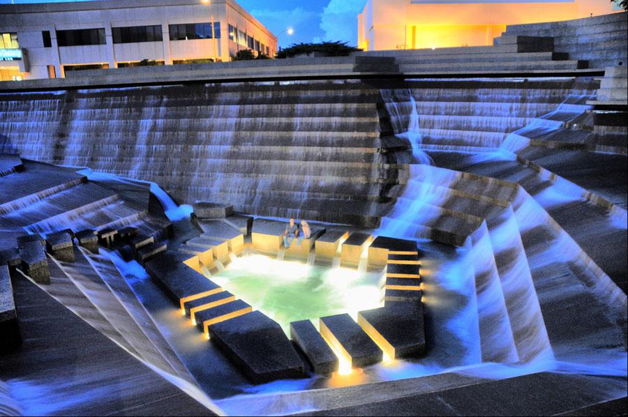Foto della fontana moderna del Fort Worth Water Gardens