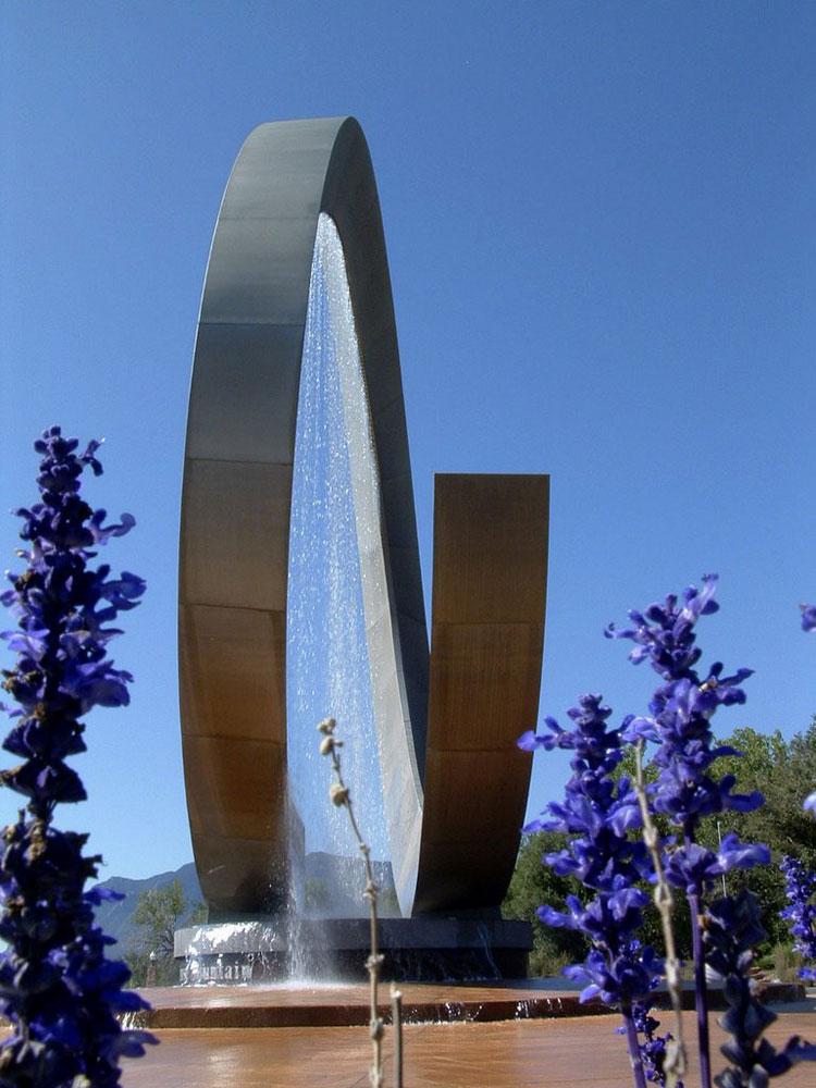 Foto della fontana moderna del Julie Penrose
