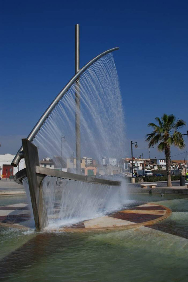 Foto della fontana moderna a forma di nave a Velencia