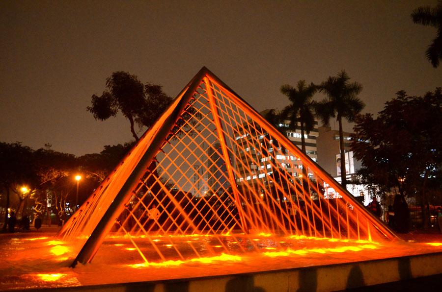 Foto della fontana moderna Pyramid in Perù