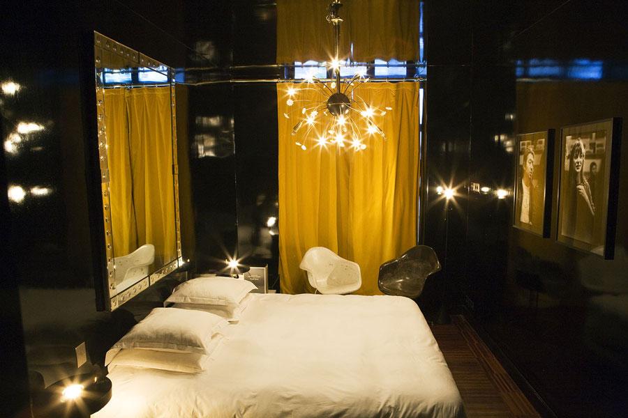 Camera con specchi dell'hotel Amour di Parigi