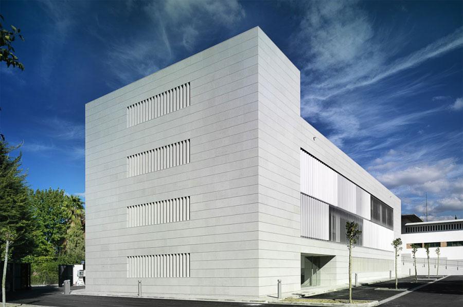 Foto della struttura moderna della Police Headquarters